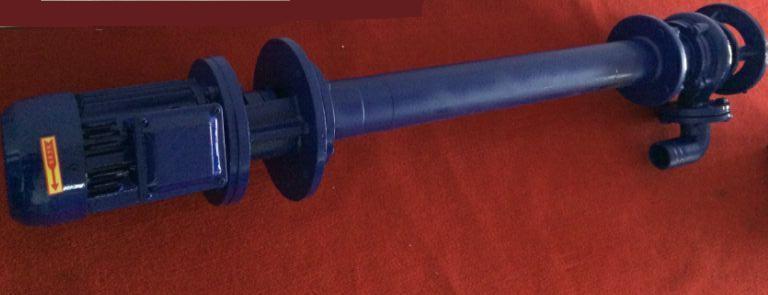 水泵是汽车发动机冷却系统的重要构成部分之一,水泵的作用是通过对冷却液进行加压,保证其在冷却系中循环流动,加速热量的散发。作为一个长期运转的装置,使用过程中,水泵也会出现故障,如何对这些故障进行检修呢? 检查泵体及皮带轮有无磨损及损伤,必要时应更换。检查水泵轴有无弯曲、轴颈磨损程度、轴端螺纹有无损坏。检查叶轮上的叶片有无破碎、轴孔磨损是否严重。检查水封和胶木垫圈的磨损程度,如超过使用限度应更换新件。检查轴承的磨损情况,可用表测量轴承的间隙,如超过0.